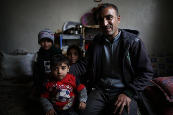 避難民のキャンプからマサケン・ハナノ地区の住宅に移り住んだ家族=2017年1月9日、シリア・アレッポ、矢木隆晴撮影