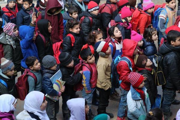 下校時間を迎え、中庭に集まる児童=2017年1月10日、シリア・アレッポ、矢木隆晴撮影