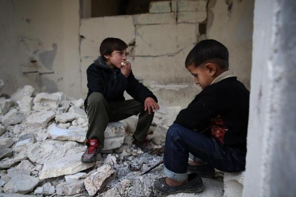 たき火で暖をとる子ども=2017年1月9日、シリア・アレッポ、矢木隆晴撮影
