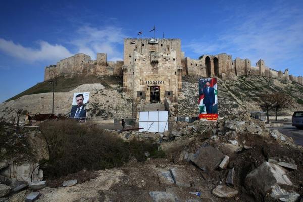 世界遺産に登録されている「アレッポ城」。アサド大統領の写真が掲げられていた=2017年1月10日、シリア・アレッポ、矢木隆晴撮影