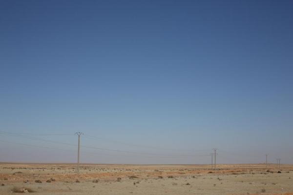 シリアの首都ダマスカスからアレッポまでの途上、広大な砂漠が続いていた=1月8日、シリア、矢木隆晴撮影