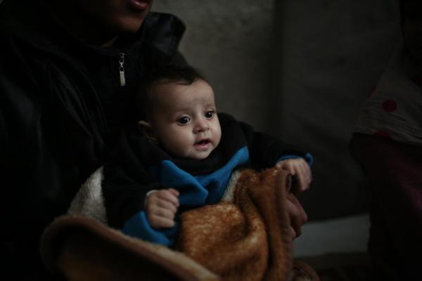 元は倉庫だった建物には5カ月の赤ん坊も避難していた=2017年1月9日、シリア・アレッポ、矢木隆晴撮影
