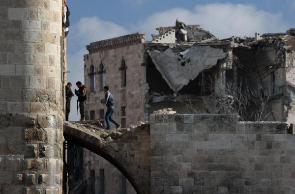 アレッポ城へ通じる通路を警備するシリア軍兵士ら=2017年1月10日、シリア・アレッポ、矢木隆晴撮影