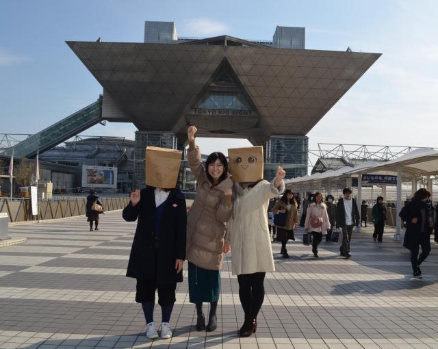ビッグサイト前で気合を入れる30歳独身女子3人(写真左から、ぴょん、なつ、かも)