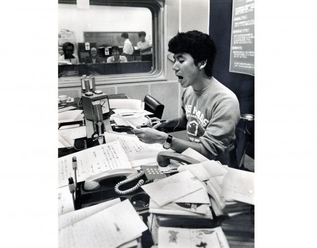 番組に届いたはがきを読む吉田照美さん=1983年9月19日、東京都新宿区の文化放送