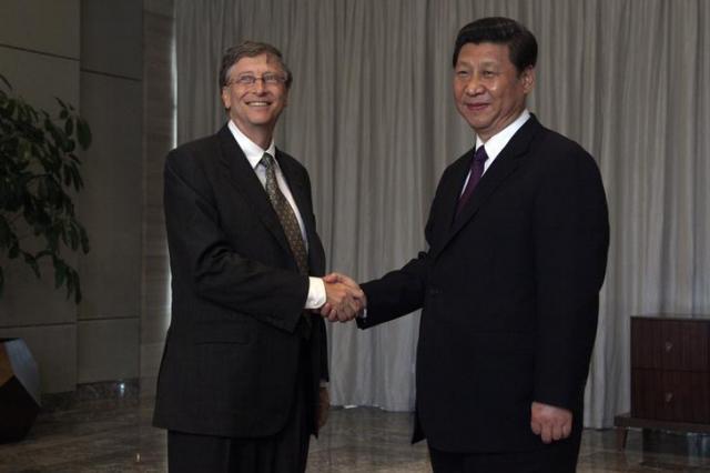 2013年8月、中国の習近平国家主席と握手をするビル・ゲイツ氏=ロイター