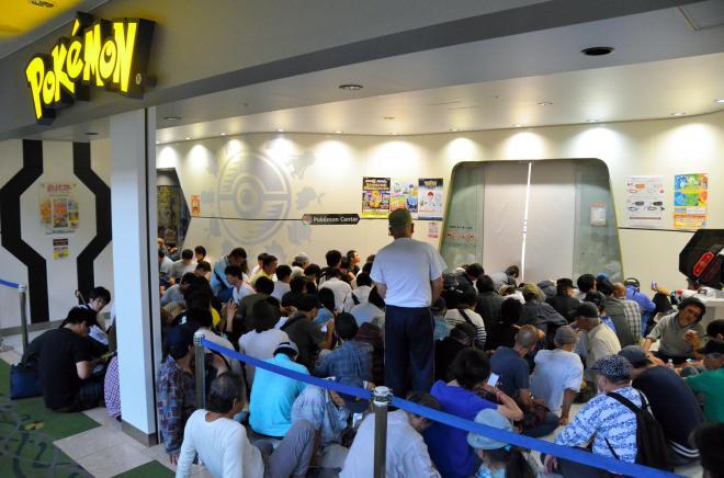 ポケモンGOプラスを買うために並ぶ人々=2016年9月16日、横浜市のポケモンセンターヨコハマ