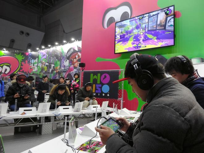 任天堂の新型ゲーム機「ニンテンドースイッチ」の体験会。ゲームファンらが楽しんだ=2017年1月、東京都江東区、東京ビッグサイト