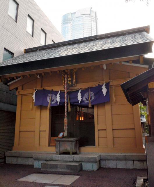 朝日神社の本殿。奥に見えるのは六本木ヒルズ森タワー=東京都港区