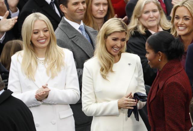 トランプ大統領の就任式で、姉妹そろって純白のコートを身にまとったイバンカ氏とティファニー氏=2017年1月20日