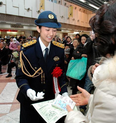 警察のイベントに出演した木村文乃さん=2009年1月10日