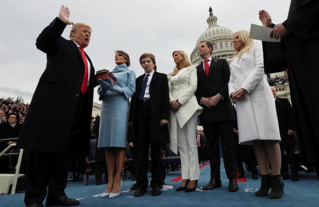 大統領就任式で宣誓をしているトランプ大統領とそのファミリー=2017年1月20日、ワシントンDC