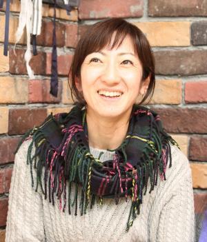 YouTube「Kan & Aki's CHANNEL」のめぐみさんは動画の編集、コメントの返信もする=熊本市内の自宅