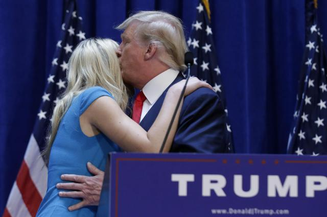 大統領選挙に参加することを宣言した後に、娘のティファニー氏とハグするトランプ大統領=2015年6月