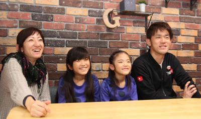 YouTube「Kan & Aki's CHANNEL」の(左から)、めぐみさん、かんなさん、あきらさん、忠昭さん=熊本市内の自宅