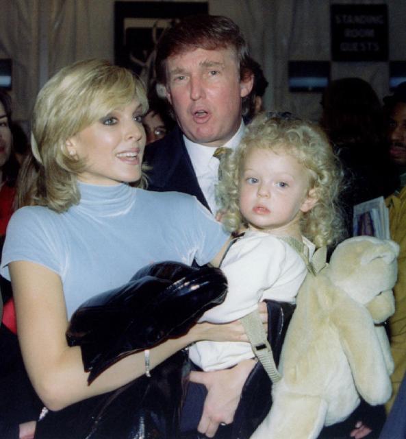 不動産王のトランプ氏と妻のマーラ・メイプルズ氏と赤ちゃんのティファニー氏=1995年11月、ニューヨーク