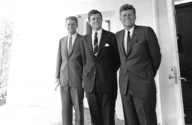 ホワイトハウスで記念撮影をしたジョン・ケネディ大統領(右)と弟の司法長官のロバート氏(左)、末弟の上院議員のエドワード氏=1963年8月、ワシントン