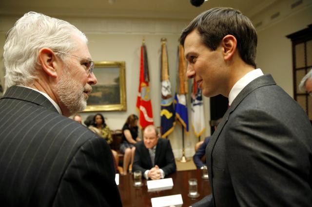 ホワイトハウスでAutozoneのCEOと会談する大統領上級顧問のジャレッド・クシュナー氏=2017年2月15日、ワシントン