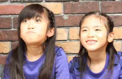 YouTube「Kan & Aki's CHANNEL」のかんなさん(左)の将来の夢はファッションモデル。あきらさんはダンサーだ。=熊本市内の自宅