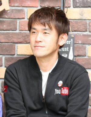 撮影や編集の技術はほぼ独学というYouTube「Kan & Aki's CHANNEL」の忠昭さん=熊本市内の自宅