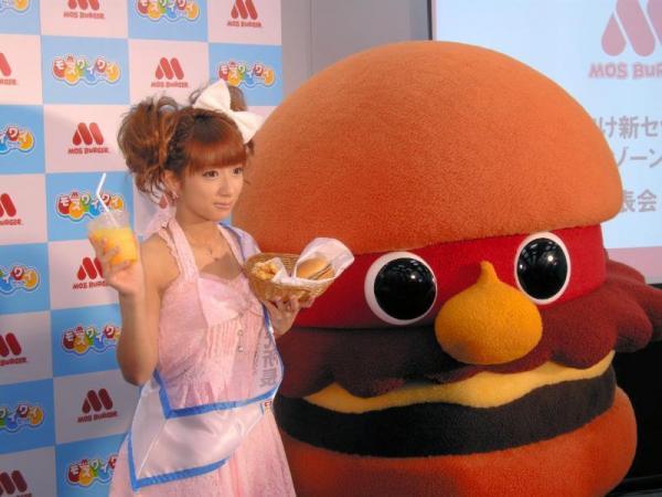 子ども向けの商品開発などを手伝うタレントの辻希美さんと、新キャラクター「モッさん」=2009年6月23日
