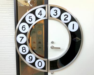 博物館のドアはもちろん特注。黒電話のダイヤルの形がとてもおしゃれ=てれふぉん博物館