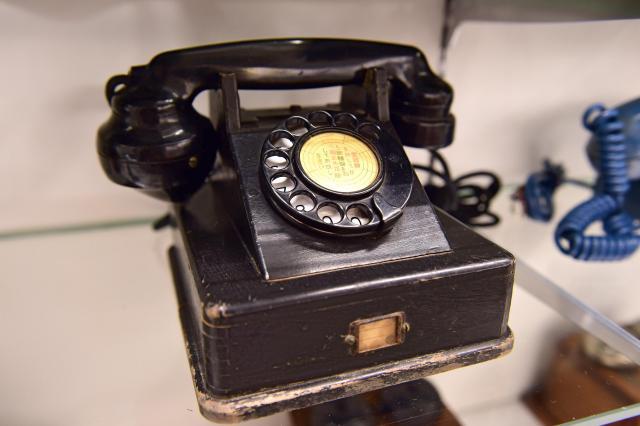 戦時中の物資不足のため、木でつくられた3号自動式卓上電話機=てれふぉん博物館