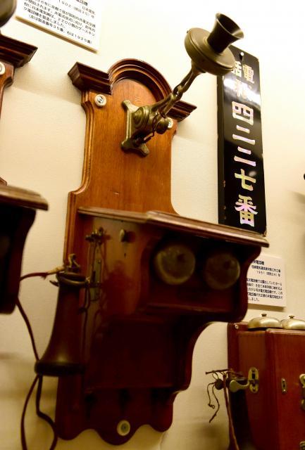 グースネック共電式壁掛電話機=てれふぉん博物館