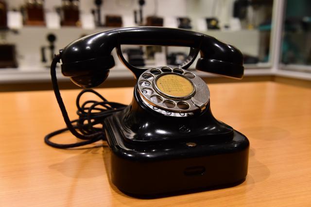 電話機を集めるきっかけとなった「イ―661自動式卓上電話機」=てれふぉん博物館