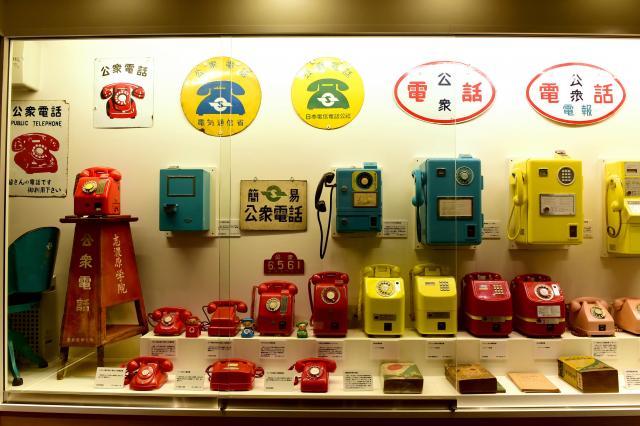 ひときわ鮮やかな衆電話のコーナー=てれふぉん博物館