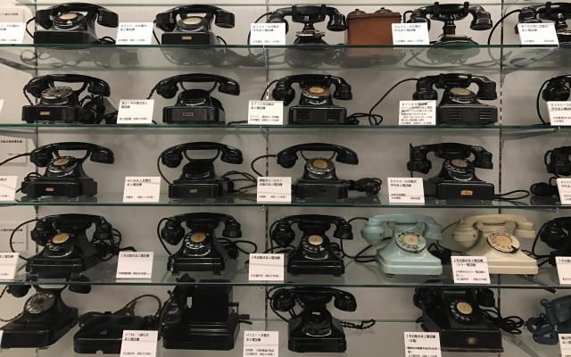 ずらり並んだ黒電話が「カブトムシの標本に見える」。稲谷秀行館長は記者に熱弁した=てれふぉん博物館