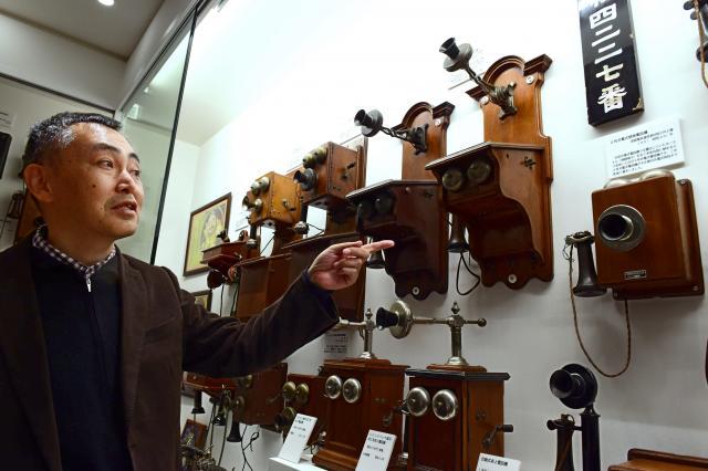 コレクションの電話機について解説する稲谷秀行さん=大阪市、小林一茂撮影