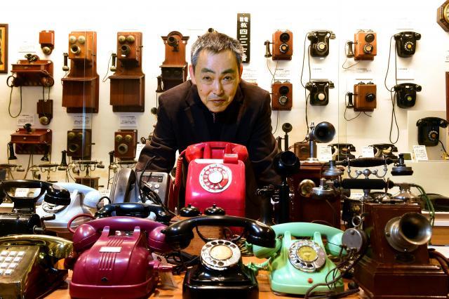 「てれふぉん博物館」館長の稲谷秀行さん=2017年2月4日、大阪市、小林一茂撮影
