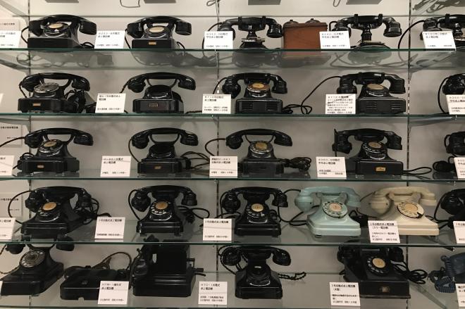 ずらり並んだ黒電話。「てれふぉん博物館」館長の稲谷秀行さんにはカブトムシの標本に見える=大阪市