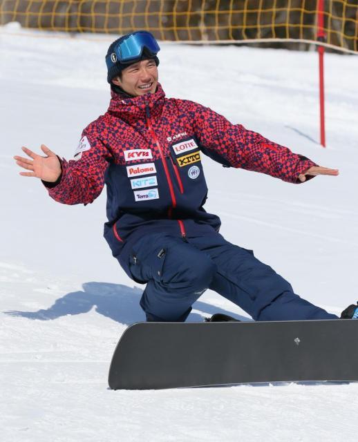 スノーボードを滑る時の体の使い方について説明する緑夢さん。「ケガをした左足は踏ん張りが効かないので、後ろに倒れやすい」という=竹谷俊之撮影