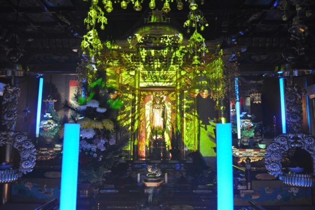 音と光で演出されたテクノ法要=福井市東郷二ケ町