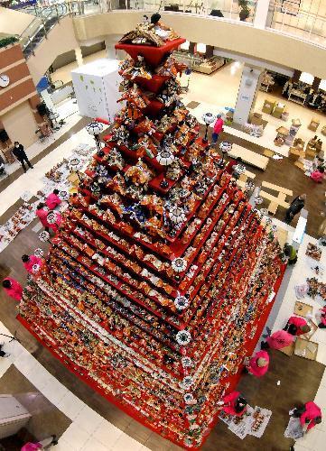 高さ7メートルのピラミッドひな壇=16日午後3時55分、埼玉県鴻巣市、西畑志朗撮影