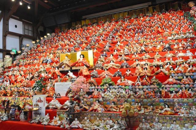 20段のひな壇に飾られたひな人形=2017年1月31日、福井県大野市元町