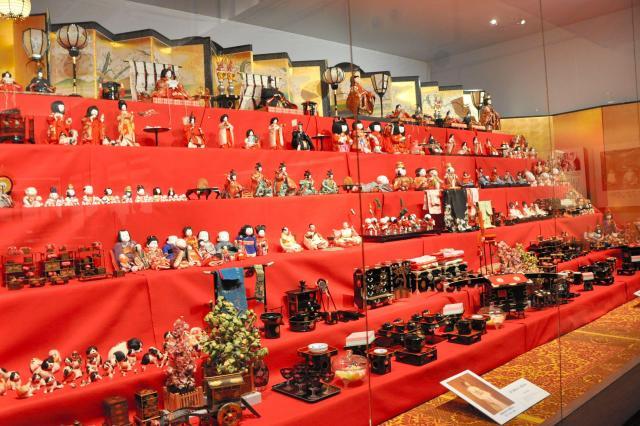 徳川美術館で展示されているひな人形や飾り=名古屋市東区