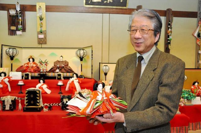 ひな人形を手に語る大西嘉一郎さん=名古屋市中区