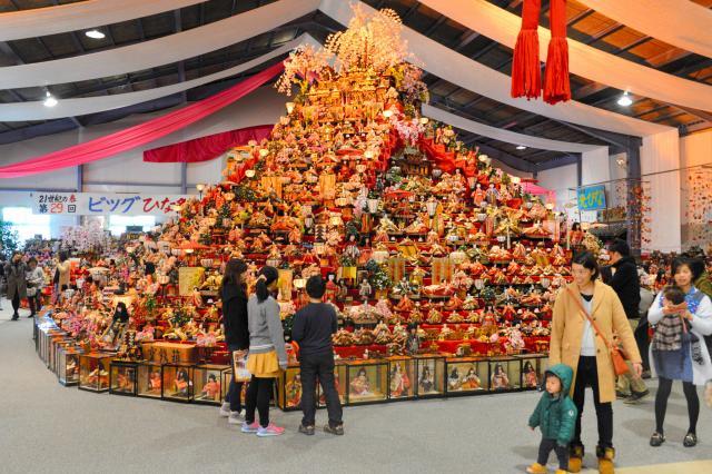 約8メートルのピラミッド型ひな壇=徳島県勝浦町生名の人形文化交流館