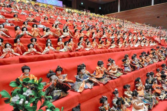 ひな人形6千体が並んだ勝浦市芸術文化交流センターのホール=千葉県勝浦市