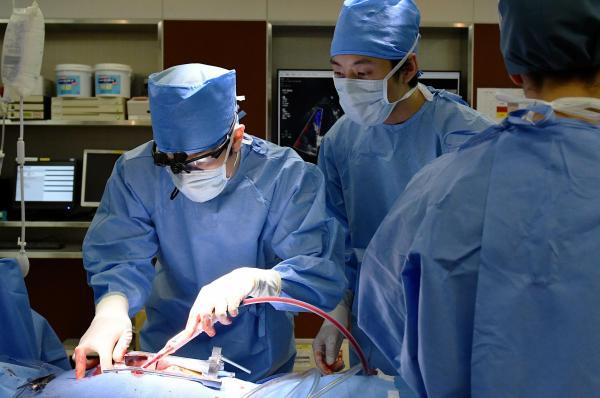 『A LIFE』の手術シーン。血液もリアルに再現=TBS提供