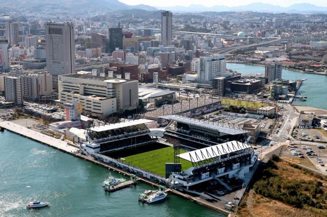 大勢の観客で埋まった「ミクニワールドスタジアム北九州」。後方は小倉市街地=金子淳撮影