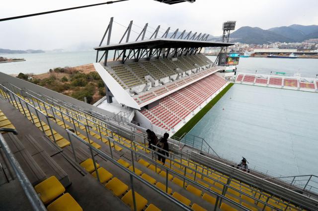 2階席最上部からは関門海峡も見える=金子淳撮影