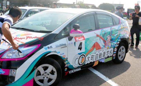 佐賀の大町自動車学校が「グッドスマイル初音ミクAMG」を再現した教習車=2016年10月