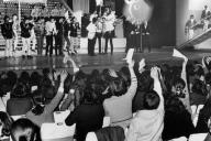 グループサウンズに熱狂的な声援を送るファンたち=1968年1月