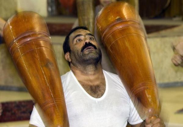 ズールハーネで鍛えるイランの男性。昔ながらの「イケメン」?