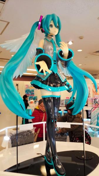 羽田空港のショップ中央に展示された初音ミクの等身大フィギュア
