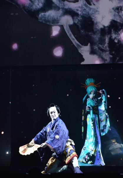 超歌舞伎で共演する中村獅童さん(前)と初音ミク。今年2月、クールジャパンのグランプリに選ばれた=2016年4月、松竹提供